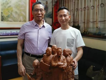 盟员黄志伟向钟南山院士赠送陶艺作品《致敬英雄》